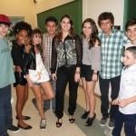Aline Cintra entre seus atores adolescentes