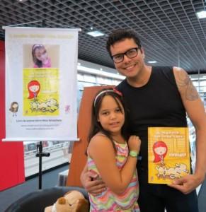 A pequena escritora Nina com o Ator Alex Zimmer