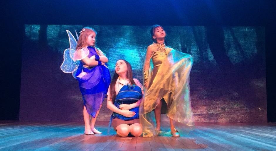 Isabella e suas colegas no palco